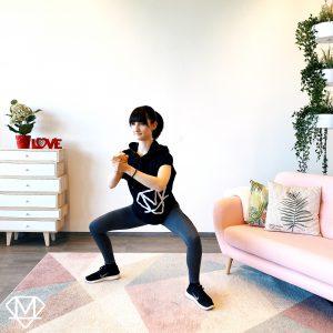 Frau die von Zuhause aus Beine trainiert