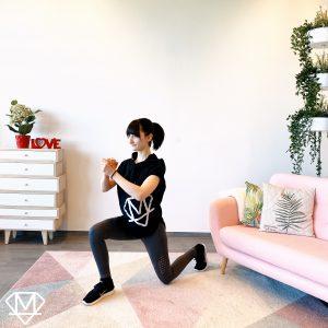Frau die Zuhause Lunges trainiert