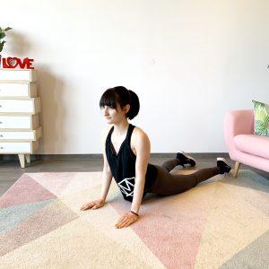 Frau die Zuhause ihre Arme trainiert