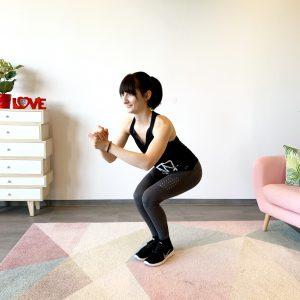 Frau die Zuhause ihren Hintern und ihre Beine trainiert