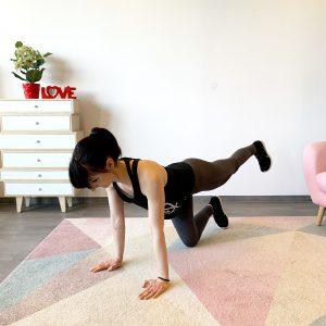 Frau die Zuhause ihren Körper trainiert