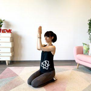 Frau die ihre Armmuskulatur trainiert