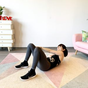 Frau die Zuhause ihre Bauchmuskeln trainiert