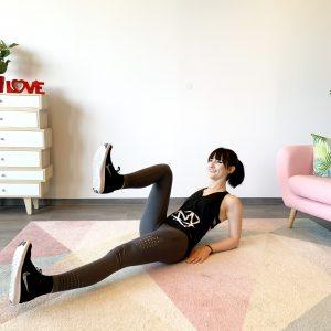 Lächelnde Frau die Bauch trainiert